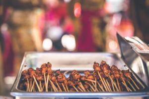 Brochettes de poulet Yakitori à la plancha cuisinées avec Cooxy