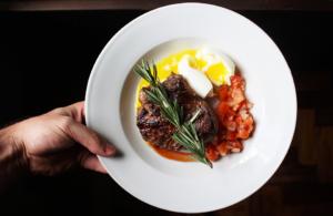 Steak d'autruche à la plancha accompagnés d'une sauce échalotes et romarin avec Cooxy