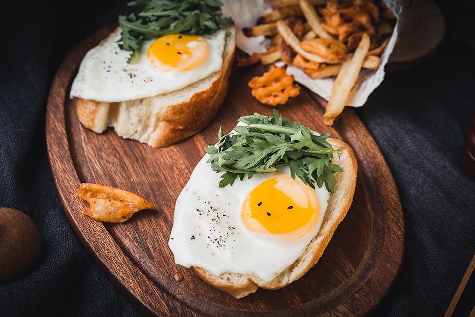 Œufs aux plats sur brioches toastées cuisinés à la plancha avec Cooxy